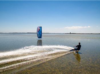 Kiteboarding on a Mirror - Amazing flat water - Kitesurfing News