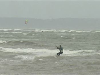 How to handle strong winds when kitesurfing